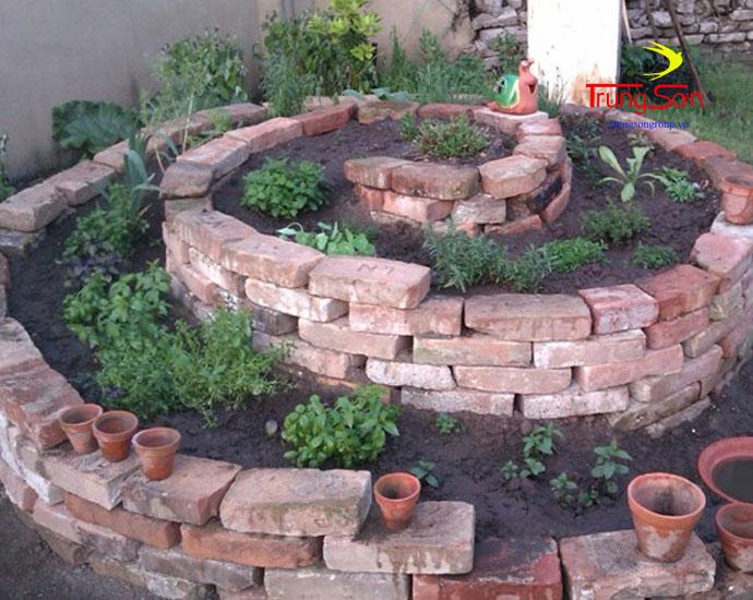 gạch cổ làm hình xoắn ốc trang trí vườn