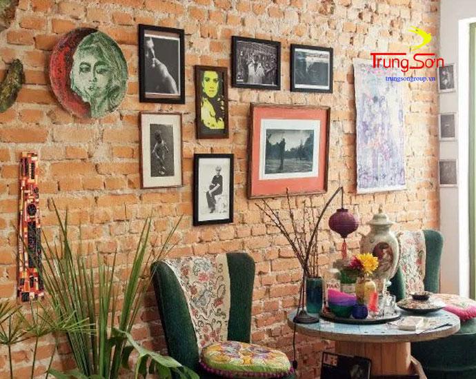sử dụng tranh treo tường và gạch cổ trang trí phòng khách