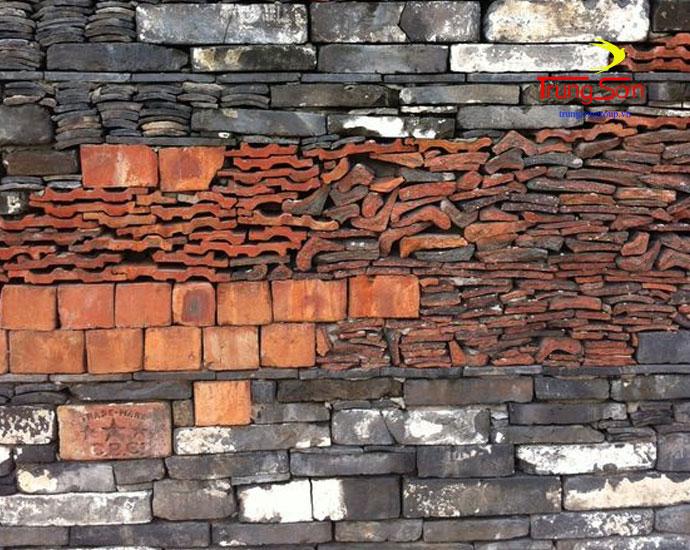 xây tường sân vườn bằng gạch cổ và ngói cũ